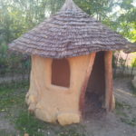 kleine Lehmhütte auf Schulhof